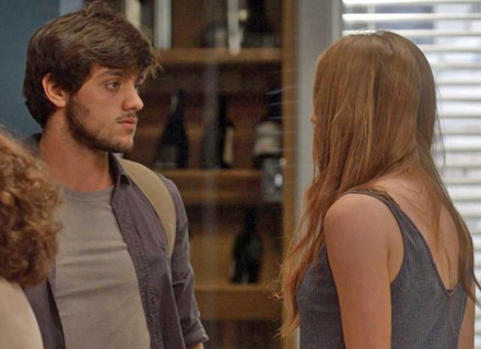 Jonatas invade o apartamento  de Arthur após término com Eliza