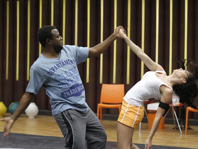 Érico Brás e professora treinam a flexibilidade (Foto: Fabiano Battaglin / Gshow)