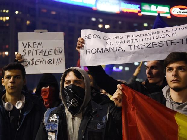 Romenos participam de manifestação, na terça (3), contra o primeiro-ministro do país, Victor Ponta, após incêndio que matou 32 pessoas e deixou mais de 200 feridos em uma boate em Bucareste (Foto: AFP Photo/Daniel Mihailescu)