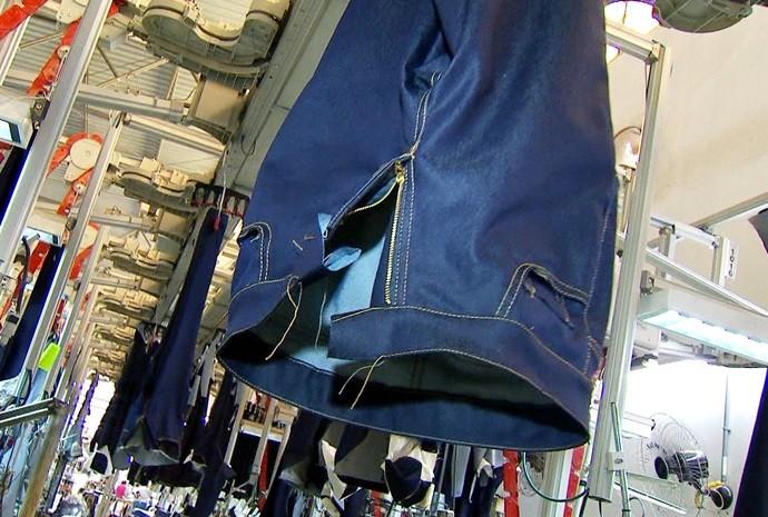 Marcão invadiu uma confecção de jeans e viu como funciona a produção (Foto: Reprodução / TV TEM)