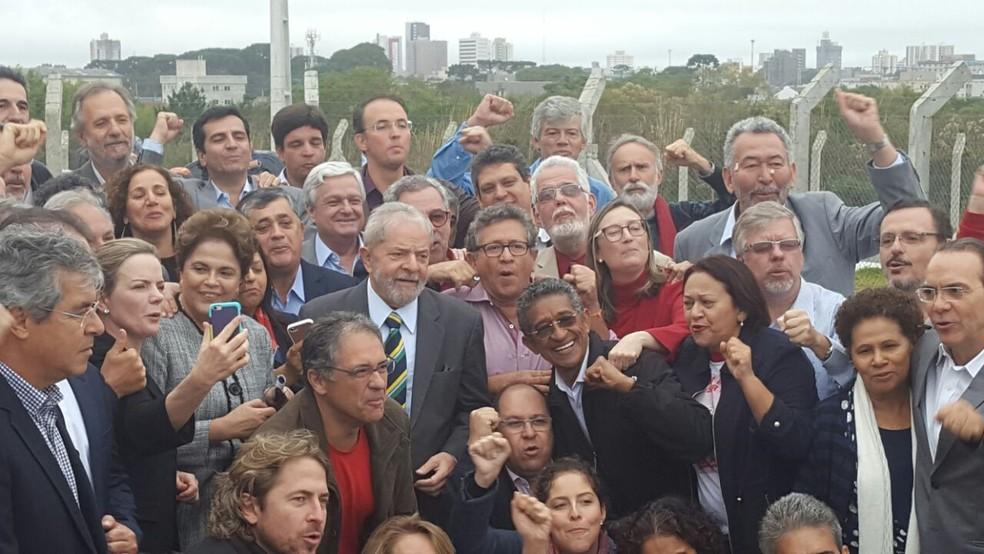 Foto de Lula com Dilma e apoiadores feita logo após o desembarque do ex-presidente em Curitiba (Foto: Arquivo pessoal)