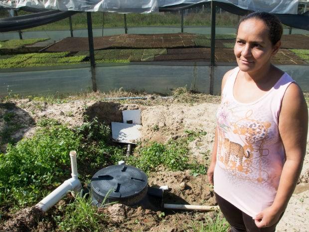 Joelita planta mudas de legumes e verduras e estava preocupada com a possibilidade de contaminação (Foto: Alexandre Lombardi)