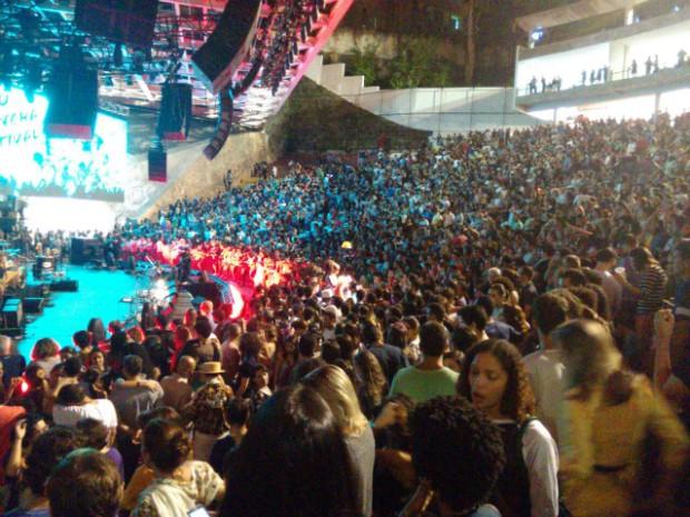 Público de várias idades lotam a Concha Acústica para reunião dos Novos Baianos (Foto: Maiana Belo/G1 Bahia)