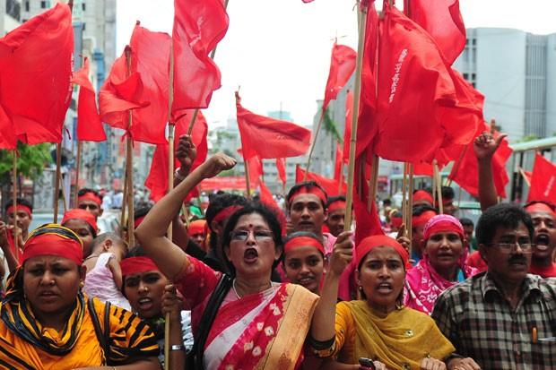 Milhares de pessoas protestaram nesta quarta-feira nas ruas de Dacca (Foto: Munir uz Zaman/AFP)