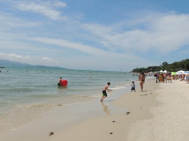 Praia do Forte é procurada por famílias (Foto: Valéria Martins/G1)