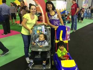 Renata e Thaís levaram os filhos até a Bienal para ter contato com o mundo dos livros. (Foto: Cristina Boeckel/ G1)