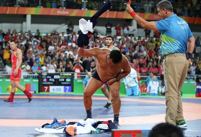 GALERIA - Técnico do atleta Mandakhnaran Ganzorig se desespera a tira a roupa na disputa do bronze do estilo livre 65kg (Foto: REUTERS/Toru Hanai)