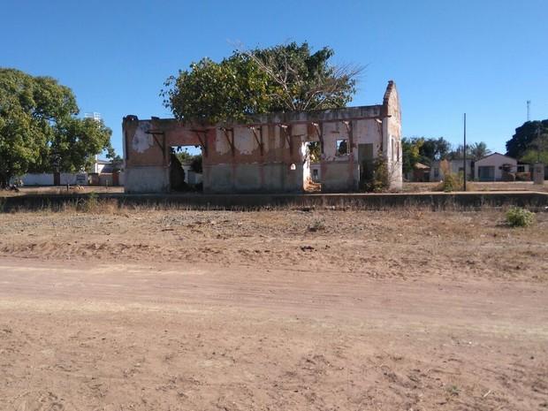 Estação que fica na zona rural de Porteirinha está abandonada (Foto: Henrique Correa/ Inter TV)