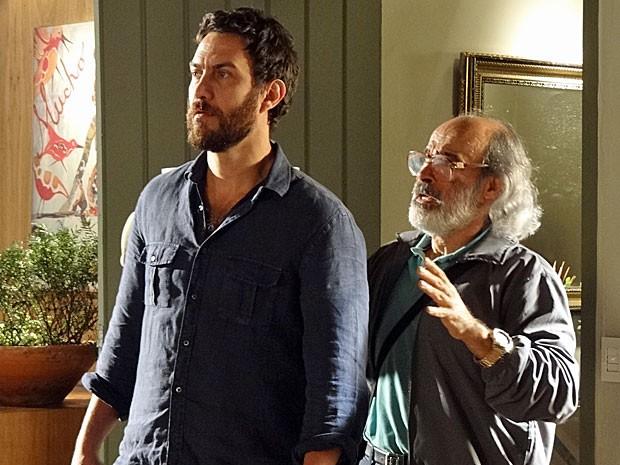 Rodrigo e Virgílio ficam por um fio diante da mira da pistola de Melissa (Foto: Amor Eterno Amor/TV Globo)