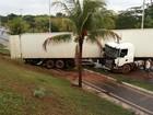 Motorista de carreta perde controle e invade ciclovia na GO-020, em Goiânia