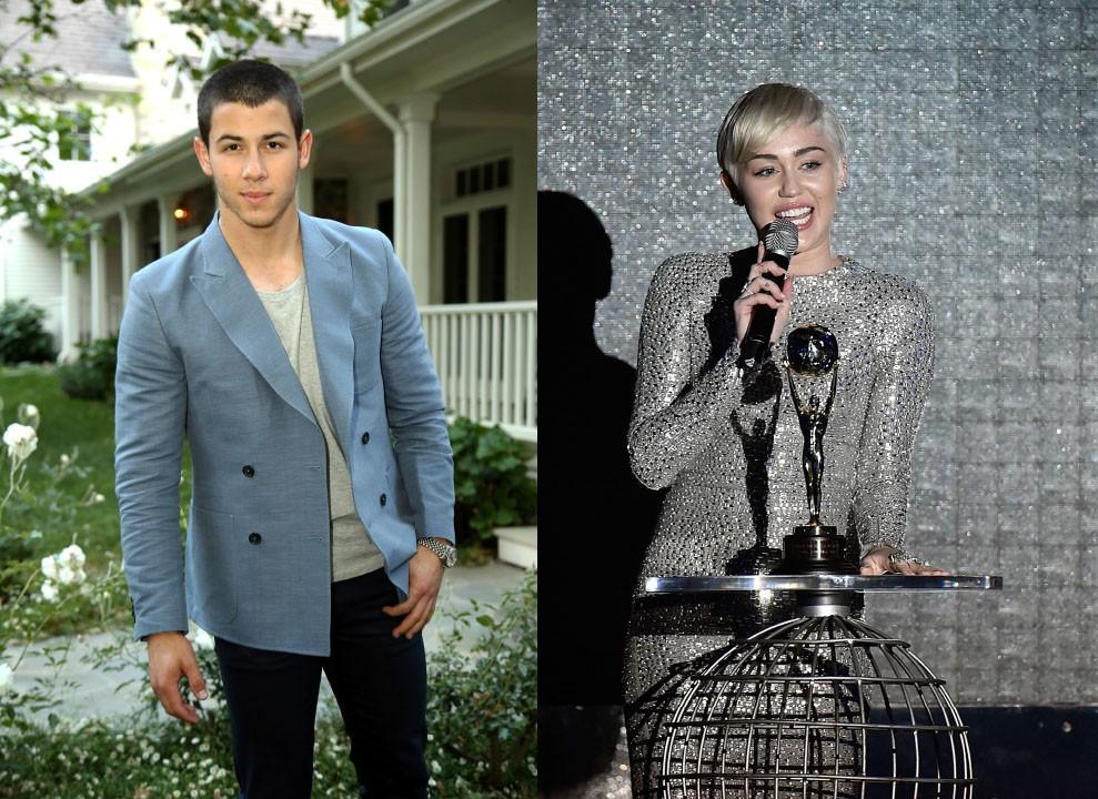 A eterna Hannah Montana, Miley Cyrus, teve um relacionamento de pouco mais de um ano com Nick Jonas, do Jonas Brothers, até o término no final de 2007. Os dois voltaram a se encontrar para gravar a música 'Before The Storm', que faz parte do último álbum dos garotos, 'Lives, Vines and Trying Times'. Cyrus também cita Nick em sua autobiografia, nomeando-o de 'príncipe encantado'. (Foto: Getty Images)