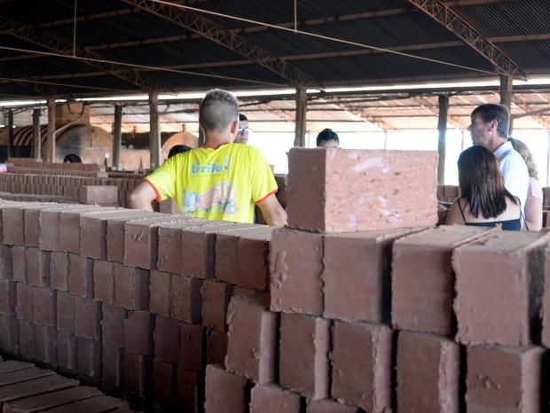 Jovens foram orientados pelos fiscais em olaria em Piracicaba (Foto: Leon Botão/G1)