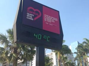 Na praia do Gonzaga termômetro chegou aos 40º C (Foto: Mariane Rossi / G1)