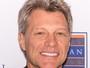 Eterno galã, Jon Bon Jovi, de 52 anos, exibe fios brancos em evento