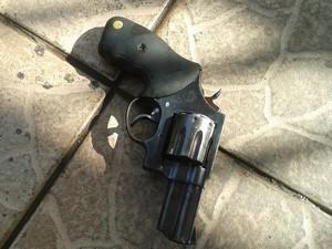 Revólver encontrado em Divinópolis MG Homicídio (Foto: PM/Divulgação)