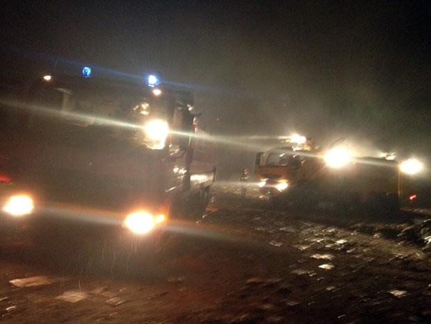 Bombeiros correm para o local do acidente aéreo nesta sexta-feira (30) em Brazaville, capital da República do Congo (Foto: AP)