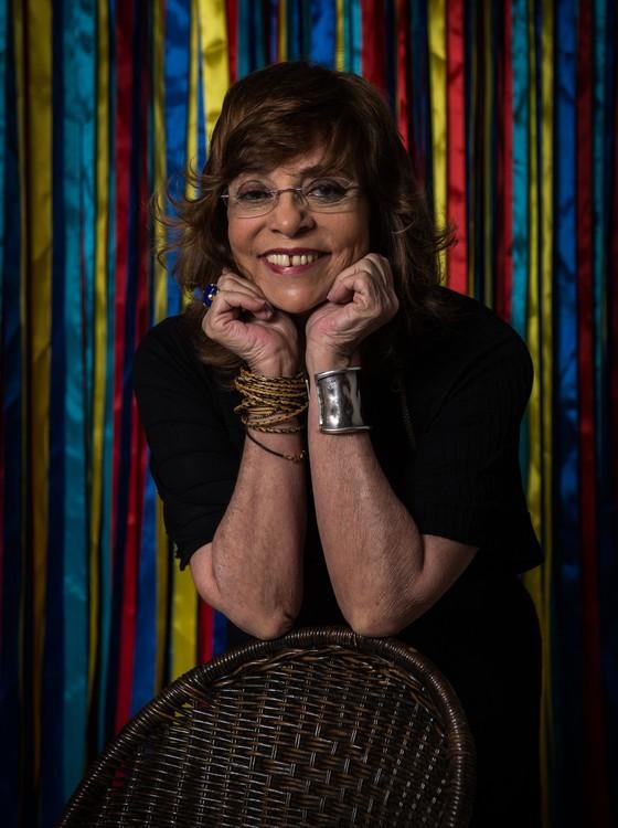 Gloria Perez segue o costume de escrever suas tramas completamente sozinha. E de pé. (Foto: TV Globo/ Estevam Avellar)