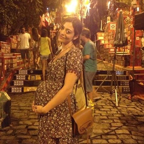 Carol Castro aparece grávida no longa 'Concurso público' (Foto: Divulgação)