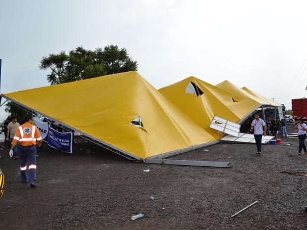 Estrutura metálica desabou com vendaval que atingiu o evento. (Foto: Valter Velozo/Tribuna do Interior)
