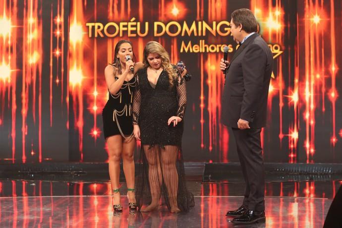 Marília Mendonça entrou descalça no palco do 'Domingão do Faustão' (Foto: Carol Caminha / Gshow)