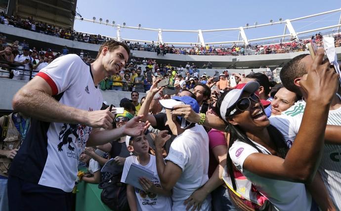 Andy Murray atende fãs tênis Olimpíada Rio de Janeiro (Foto: AP Photo / Charles Krupa)