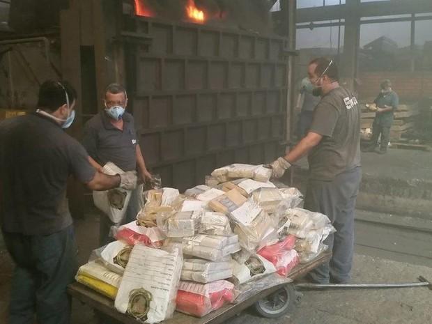 Drogas foram queimadas em siderúrgica da cidade (Foto: Polícia Civil/Divulgação)