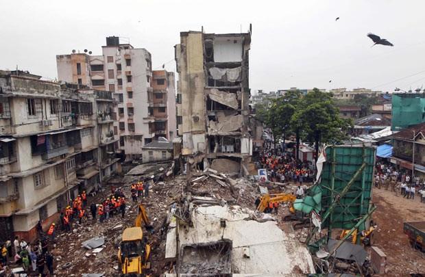 Equipes trabalham nesta terça-feira (11) nos escombros de prédio que desabou em Mumbai, na Índia (Foto: AFP)