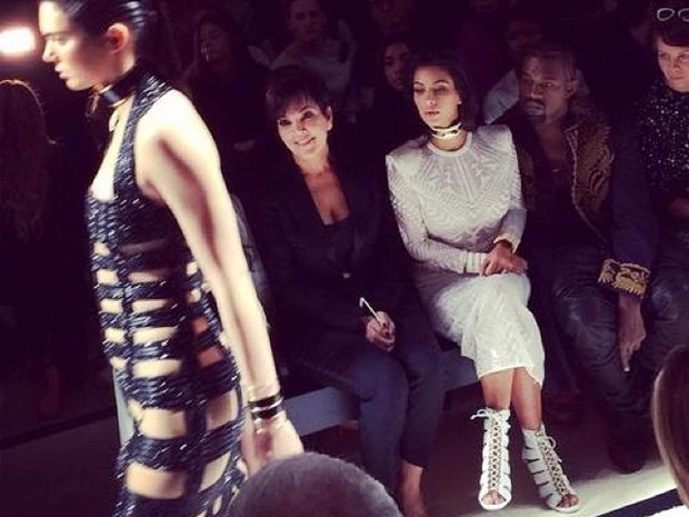 Kris Jenner, Kim Kardashian e Kanye West prestigiam Kendall na passarela. (Foto: Reproduo / Instagram)