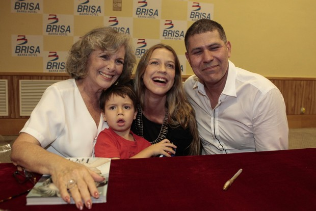 Irene Ravache posa com Luana Piovani e Dom (Foto: Isac Luz/ EGO)
