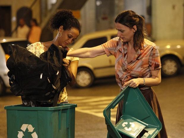 Sem dó nem piedade, Penha joga os celulares no lixo (Foto: Cheias de Charme / TV Globo)