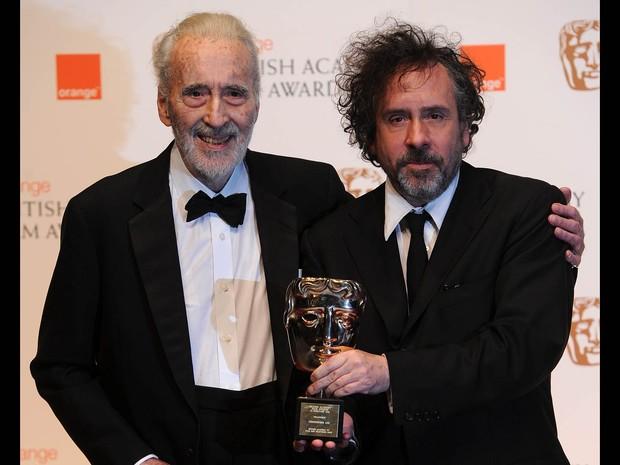 O ator Christopher Lee (esq.) posa com o diretor Tim Burton após receber prêmio da Academia de Cinema Britânico (Bafta), em Londres, em fevereiro de 2011 (Foto: Carl de Souza/AFP)