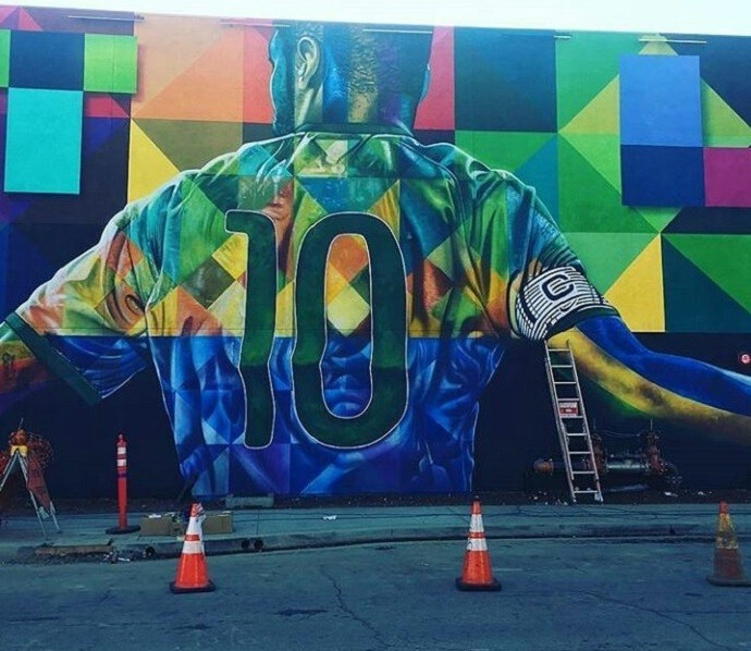 BLOG: Neymar inaugura painel gigante em Los Angeles e, claro, bate uma bolinha