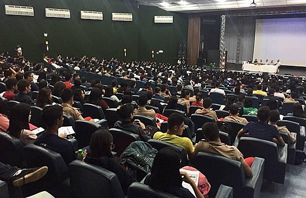 Alunos de escolas públicas e do Colégio Militar de Brasília em aulão (Foto: Jéssica Nascimento/G1)