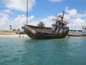 Embarcações abandonadas podem ser encontradas no rio Potengi e em Areia Branca (Foto: Fred Osório/Ibama)