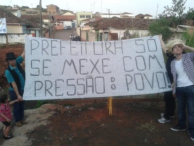 Protesto reuniu os moradores na rua onde ficava a ponte  (Foto: Arquivo Pessoal/ Ramón Dias)