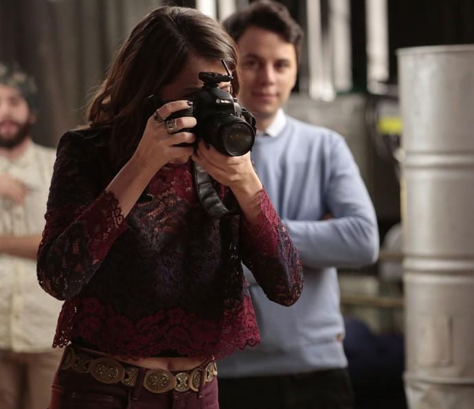 Camila tenta fotografar modelos na agência (Foto: Felipe Monteiro/Gshow)