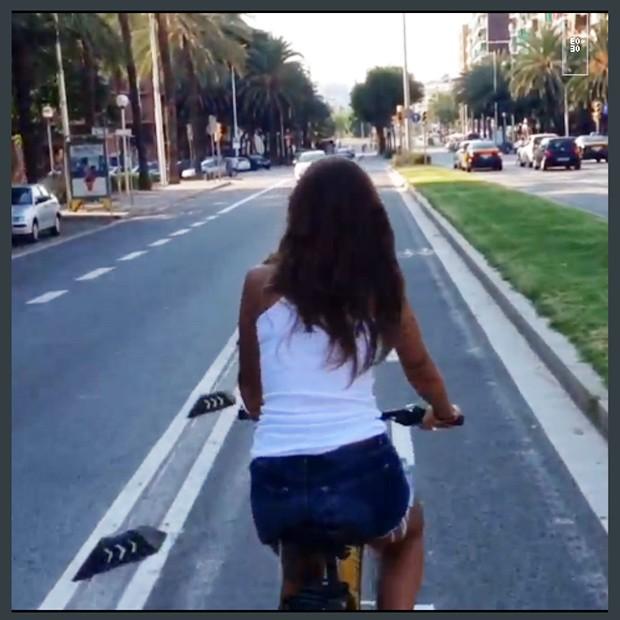 Ronaldo e namorado fazem passeio romântico de bicicleta em Barcelona