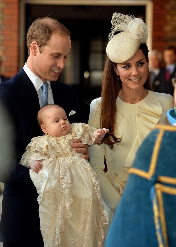 William e Kate Middleton posam com o príncipe George (Foto: AP)