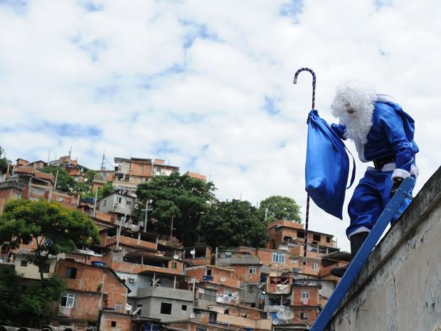 O 'Bom Velhinho chegou no Morro dos Macacos por volta das 14h desta quinta-feira (20) (Foto: Divulgação / Polícia Militar)