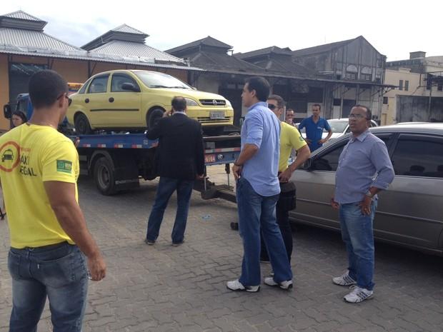 Táxi pirata é rebocado no entorno da Rodoviária Novo Rio (Foto: Cristiane Cardoso/ G1)