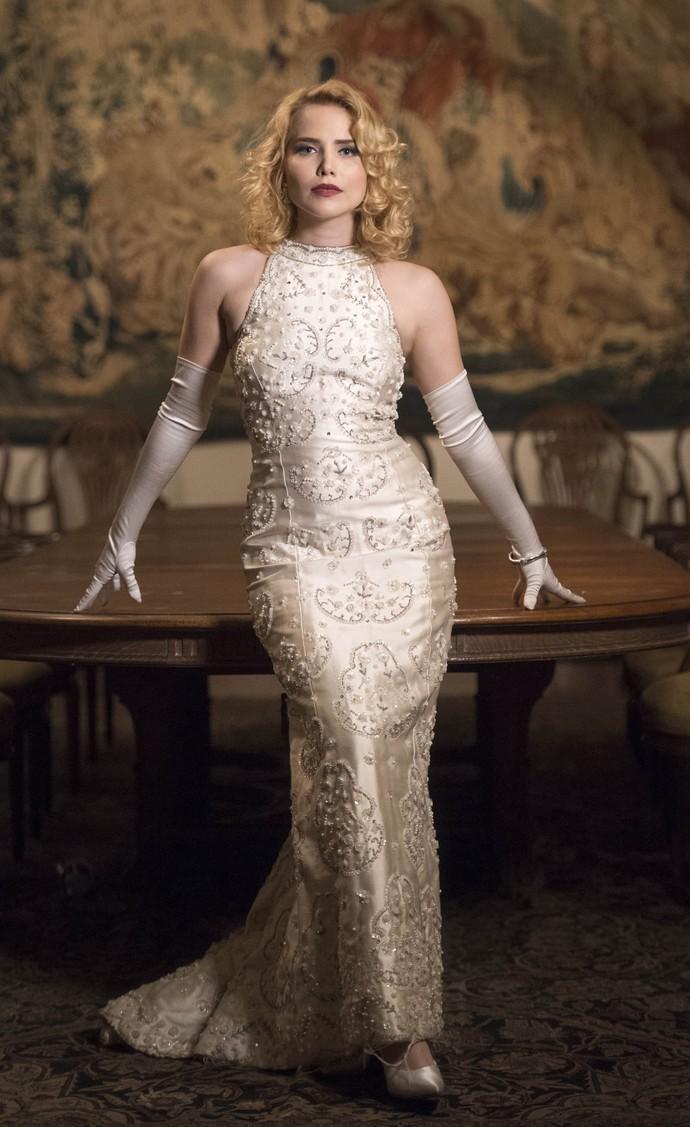 Look de Julia (Letícia Colin) exala elegância e sofisticação (Foto: Globo/Estevam Avellar)