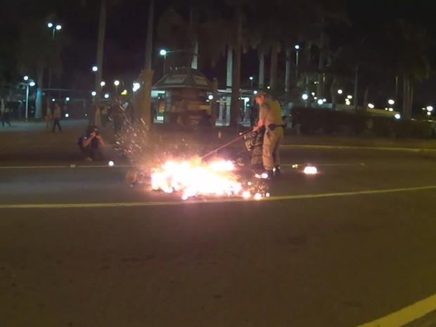 Manifestantes colocaram fogo em materiais na Avenida Paulo Fontes, em Florianópolis (Foto: Reprodução/RBS TV)
