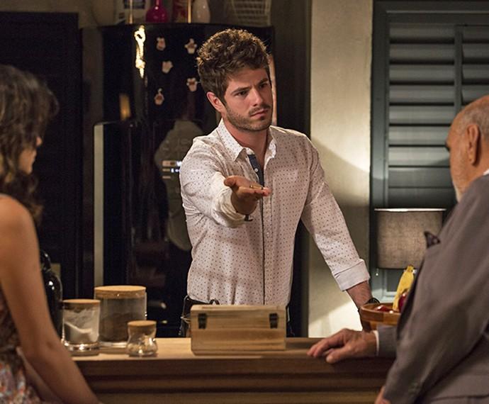 Ben mostra bala de revólver a Dom Peppino e pede explicação (Foto: Felipe Monteiro/Gshow)