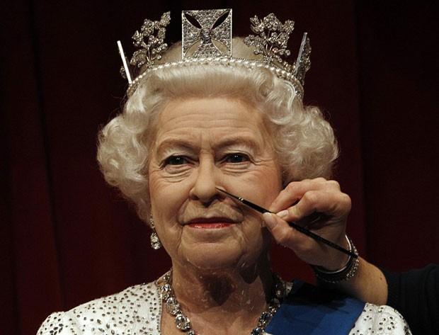 Semelhança da estátua de cera com a monarca é impressionante (Foto: Suzanne Plunkett/Reuters)
