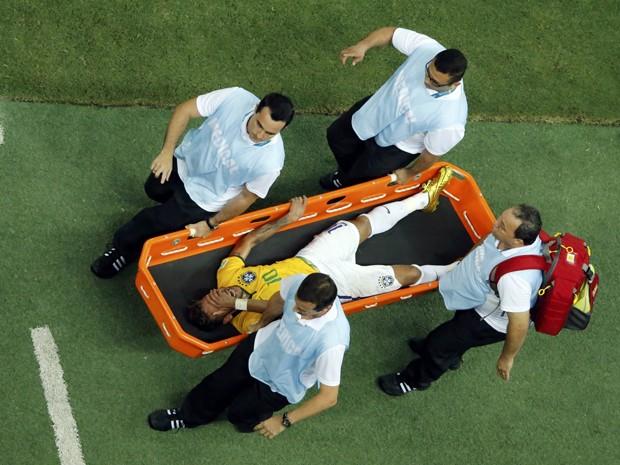 Neymar sai de campo lesionado (Foto: Fabrizio Bensch/Reuters)