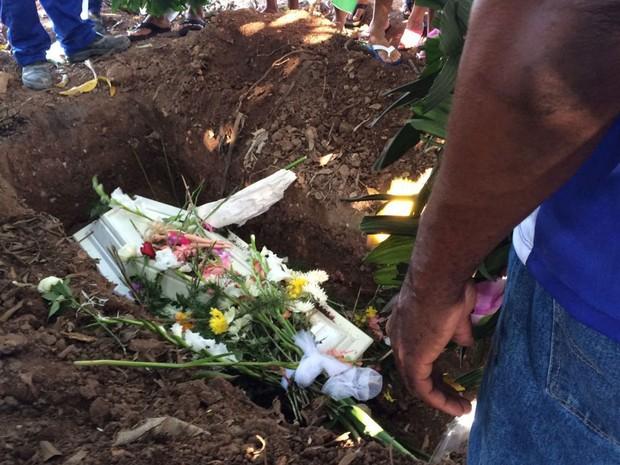 Uma boneca foi colocada sobre o caixão de Ana Carolina, morta após ser sequestrada em Vaz Lobo, no Subúrbio do Rio (Foto: Alessandro Ferreira/G1)