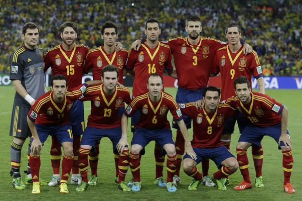 Seleção espanhola posa para foto da final (Foto: AP Photo/Natacha Pisarenko)