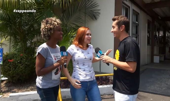 Jaque Santtos e Jéssica Monteiro dão apoio moral a Moacyr Massulo durante doação de sangue (Foto: Rede Amazônica)