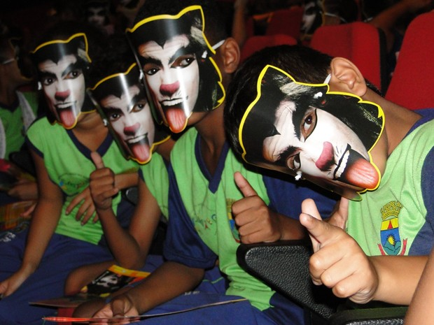 Crianças esperam o início da peça 'Um Amigo Diferente?', em Belo Horizonte. (Foto: Pedro Cunha/G1)