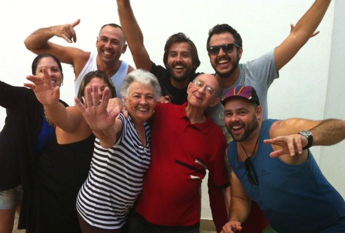 O coordenador João Polo escolheu um click com os avós Plínio e Tota, junto com com toda a 'primaiada' (Foto: Arquivo Pessoal / João Polo)